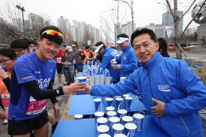 [ER포토]음료 나눠주는 양동영 동아오츠카 대표