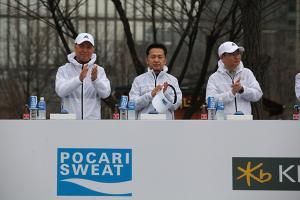 [ER포토]서울 국제마라톤 응원하는 양동영 동아오츠카 대표
