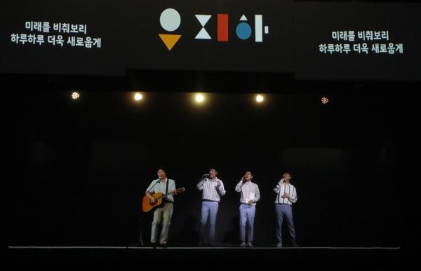 고 유재하 가수가 홀로그램으로 등장한다. 출처=지니뮤직